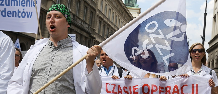Lekarze rezydenci domagają się podniesienia wynagrodzeń i poprawy jakości kształcenia - swoje oczekiwania manifestowali w sobotę w Warszawie. Ministerstwo Zdrowia podtrzymuje zapowiedzi, że kwestia płac w służbie zdrowia będzie uregulowana systemowo.