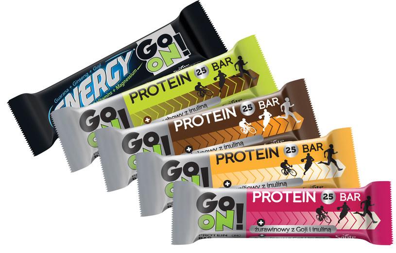 """Wyjątkowy baton GO ON! dla osób aktywnych.  Lubisz jazdę na rowerze, fitness, spacery?  A może właśnie planujesz, gdzie wybrać się na wycieczkę? Jeśli choćby na jedno pytanie odpowiesz """"tak"""", mamy dla Ciebie fantastyczną przekąskę! Baton proteinowy GO ON! zawierający węglowodany i białko dostarczy Ci energii tak potrzebnej w czasie i po wysiłku oraz niezbędny budulec tkanki mięśniowej. Przekonaj się, dlaczego warto sięgnąć właśnie po batona GO ON!"""