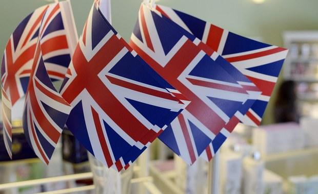 """Brytyjczycy głosują w referendum, w którym zadecydują, czy Zjednoczone Królestwo pozostanie w Unii Europejskiej. Wynik referendum, które jest realizacją obietnicy złożonej przez premiera Davida Camerona w trakcie ubiegłorocznej kampanii przed wyborami parlamentarnymi, będzie decydujący nie tylko dla przyszłości Wielkiej Brytanii, lecz także całej UE. Do głosowania uprawnionych jest około 48 milionów Brytyjczyków. Uczestnicy referendum mają odpowiedzieć na pytanie: """"Czy Wielka Brytania powinna pozostać członkiem Unii Europejskiej czy opuścić Unię Europejską?"""". Wskazania sondaży nie rozstrzygają wyniku referendum; najnowsze, środowe, pokazywały niewielką przewagę zwolenników Brexitu."""