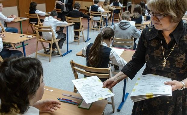 Obowiązkowy sprawdzian dla szóstoklasistów zostanie zlikwidowany, a maturzyści będą mogli odwołać się od wyniku egzaminu maturalnego. Sejm uchwalił nowelizację ustawy o systemie oświaty.