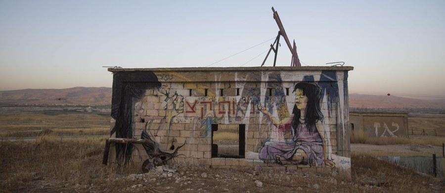 Izrael celowo odmawia Palestyńczykom kontroli nad ich wodnymi zasobami i traktuje wodę jako broń wojenną - pisze na portalu internetowym Al-Dżazira. Część domów na Zachodnim Brzegu Jordanu musi obywać się bez wody od tygodnia.