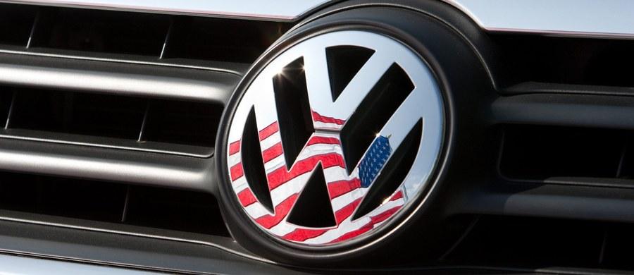 Volkswagen wypłaci w USA nabywcom jego samochodów z silnikami Diesla kwoty do 7 tys. dolarów jako kompensatę skandalu z instalowaniem w tych pojazdach oprogramowania fałszującego pomiary toksyczności spalin - poinformował serwis ekonomiczny Bloomberg.