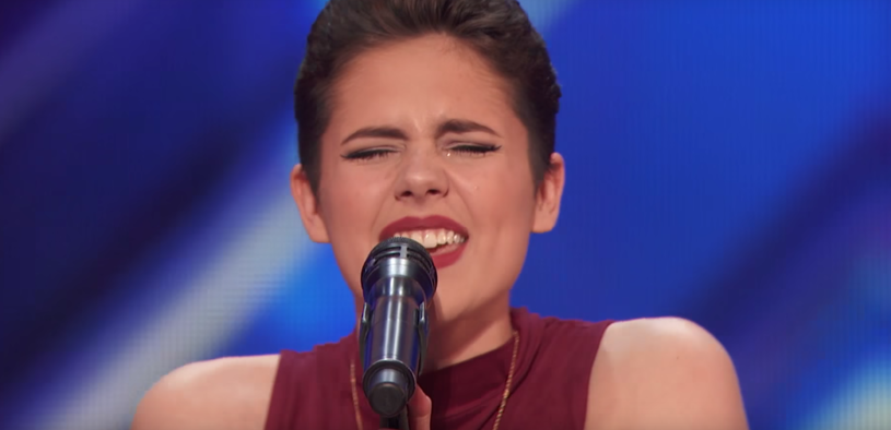 """16-letnia Calysta Bevier zachwyciła jurorów i publiczność amerykańskiego """"Mam talent"""". Po jej występie Simon Cowell wcisnął złoty przycisk."""