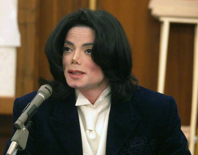 Na krótko przed 7. rocznicą śmierci Michaela Jacksona, media na całym świecie poinformowały o odtajnionym raporcie z 2003 roku, który został stworzony po przeszukaniu posiadłości gwiazdora Neverland. Materiały wywołały skandal i rzuciły nowe światło na życie legendarnego wokalisty. Jednak nie wiadomo, ile jest w nich prawdy.