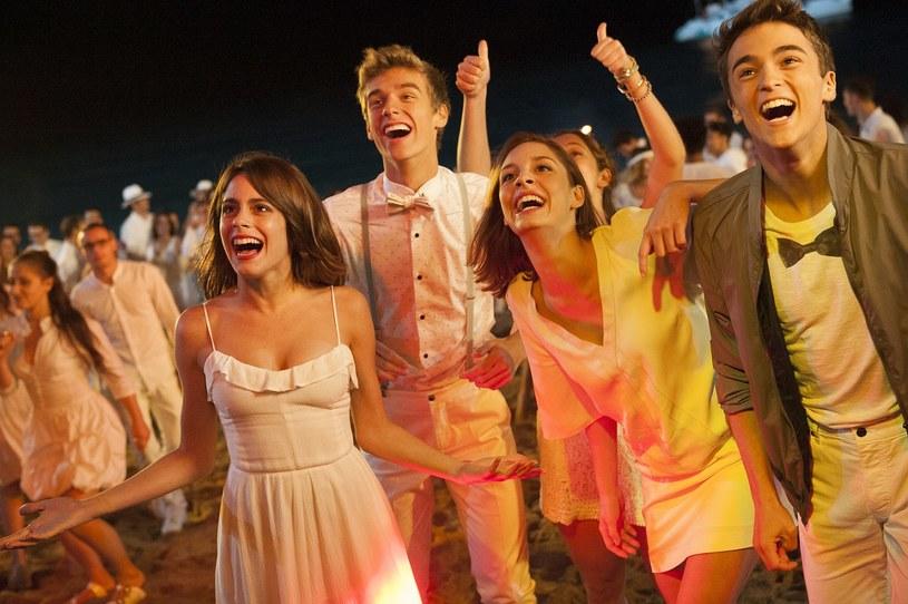 """Najnowszą produkcję Disneya """"Tini. Nowe życie Violetty"""" napędzają muzyka, taniec i śpiew. Nie mogło być inaczej - w końcu zarówno dla filmowej Violetty, jak i Martiny Stoessel muzyka jest całym życiem. Artystka osobiście uczestniczyła nawet w wyborze piosenek do filmu."""