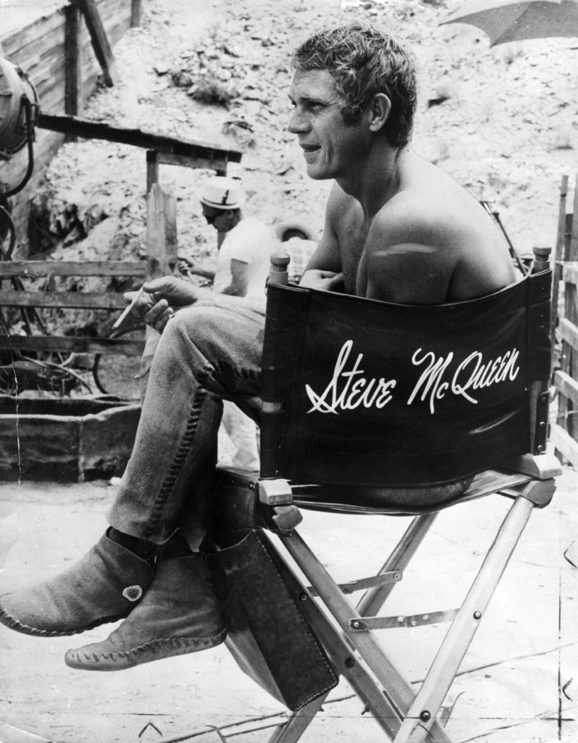 Lubił grać małomównych twardzieli. Kino go kochało, bo był szalenie męski, a przy tym naturalny. Miał trzy żony. Uwielbiał wyścigi samochodowe. Nigdy nikogo nie słuchał. - Jestem panem samego siebie - mawiał Steve McQueen.