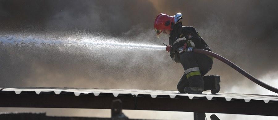 W Mroczeniu w powiecie kępińskim w Wielkopolsce, trwa gaszenie zakładu produkującego meble. Ogień - jak zapewniają strażacy - jest już pod kontrolą i się nie rozprzestrzenia. Z żywiołem walczy 18 jednostek. Hala, która płonie ma ponad dwa tysiące metrów kwadratowych. Znajdowała się w niej pianka poliuretanowa i lakiery. Informacje dostaliśmy na Gorącą Linię RMF FM.