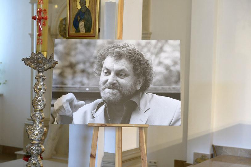 """Zmarł w nocy z 22 na 23 czerwca. Od lat chorował. Wylew, jaki przeszedł ponad 10 lat temu, wyłączył go z czynnego życia. Był pod opieką żony Igi Cembrzyńskiej, młodszego brata Janusza oraz życzliwych mu ludzi, dla których pozostał wielkim artystą. Wyreżyserował kilkadziesiąt filmów, w tym """"Wniebowziętych"""", """"Hydrozagadkę"""" oraz """"Jak to się robi"""", które śmieszą do dziś."""