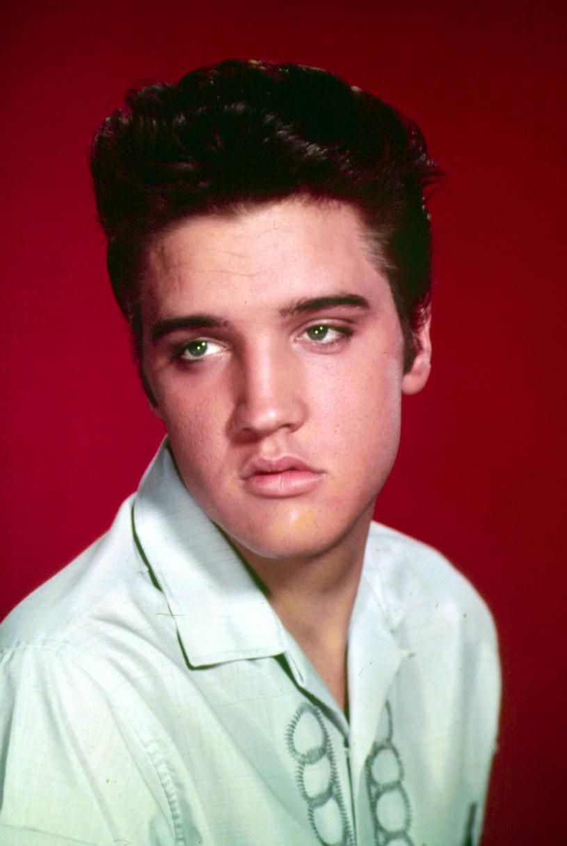 Tydzień temu w Graceland, posiadłości Presleya, zostal sfilmowany mężczyzna, który rzekomo jest zmarłym muzykiem.