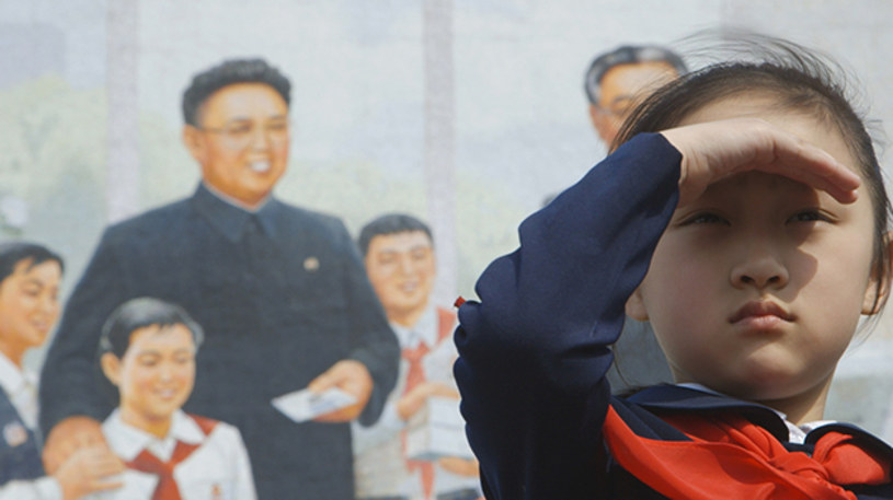Na rozległych ulicach Pjongjangu nie ma korków. Zresztą samochodów też nie. Powietrze tu jakieś czystsze, bardziej przezroczyste, ale mimo to zieleń nie wypiera wszechobecnej szarości. Ludzie kłaniają się pomnikom, które przedstawiają wielkich władców kraju. Do szacunku do wszystkiego, co wiąże się z ojczyzną i jej przywódcami, są przygotowywani od małego.