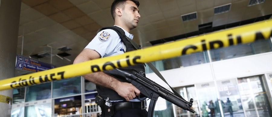 Mózgiem zamachu przeprowadzonego we wtorek wieczorem na lotnisku w Stambule był 35-latek pochodzenia czeczeńskiego. Mężczyzna został wcześniej zatrzymany i skazany w Szwecji za posiadanie i przemyt broni. Tureckie media twierdzą, że trzej zamachowcy-samobójcy planowali najpierw wziąć jak najwięcej zakładników, a dopiero potem wraz z nimi wysadzić się w powietrze.