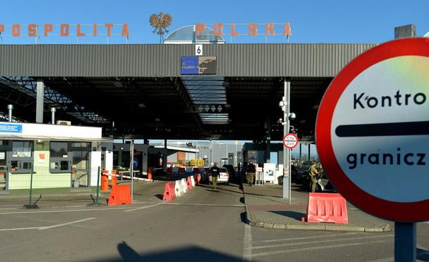 O północy wstrzymano mały ruch graniczny z Ukrainą i Obwodem Kaliningradzkim. Zmiany związane są ze szczytem NATO i Światowymi Dniami Młodzieży. W odpowiedzi Rosja również ograniczyła zasady przekraczania granicy. Wczoraj na wjazd do Polski nasi rodacy czekać musieli nawet kilkanaście godzin. Dziś o poranku - jak sprawdził na przejściu granicznym w Bezledach reporter RMF FM Piotr Bułakowski - nie ma kolejek.