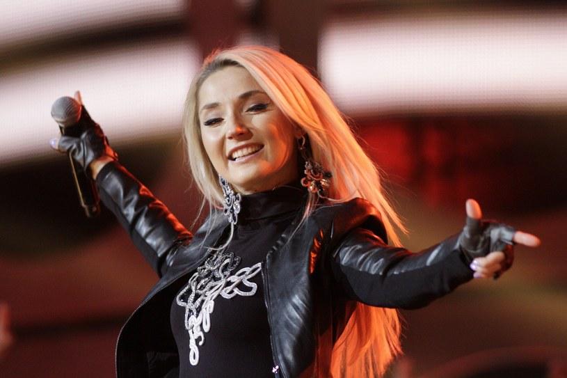 Piosenkarka znana jest ze swoich ciętych ripost. Wprawę w trafnym uciszaniu niepochlebnych komentarzy zdobywała podczas współpracy z Donatanem, który kilkoma słowami potrafił uciszyć wszelką krytykę.