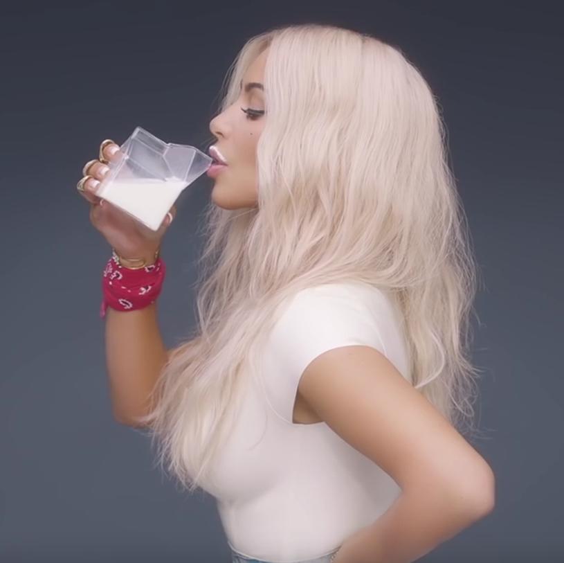 """Ogromne emocje budzi teledysk Fergie - """"M.I.L.F. $"""". Na zarzuty internautów odpowiedziała jedna z gwiazd klipu - Kim Kardashian."""