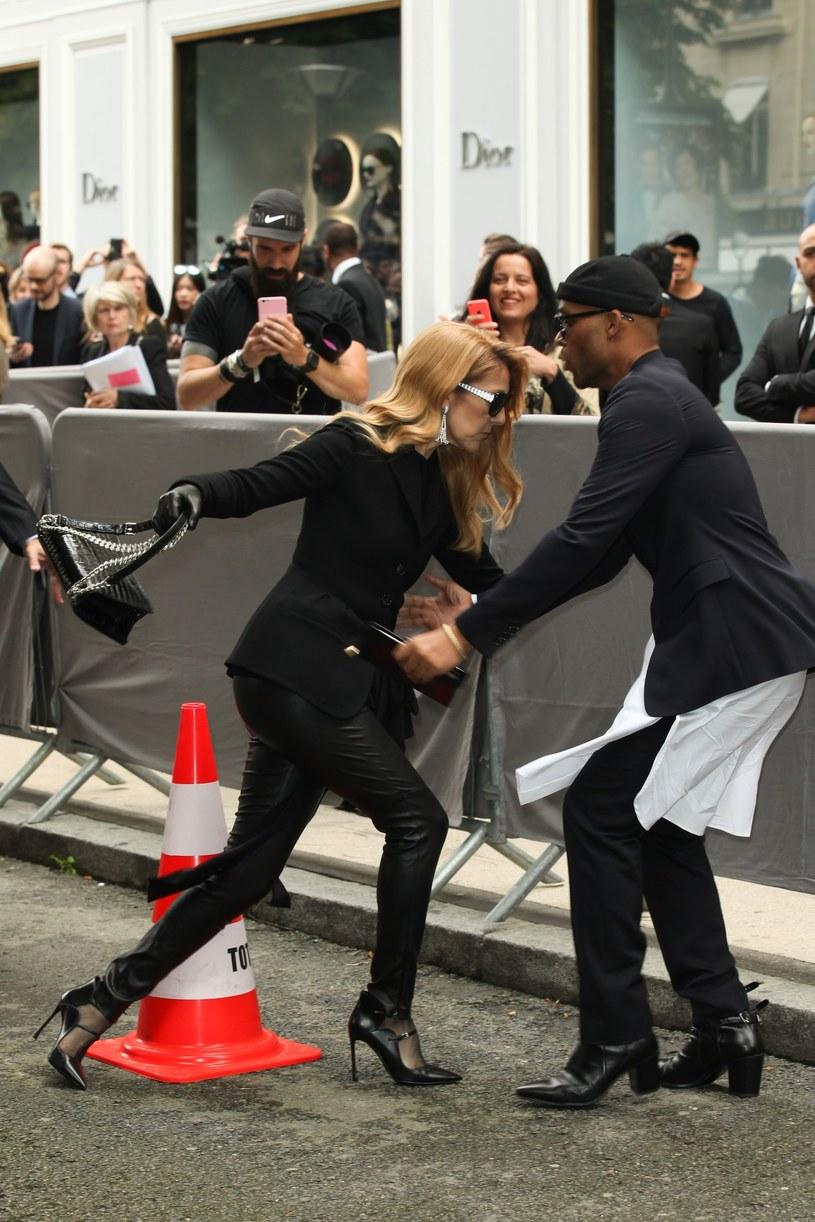 Kanadyjska gwiazda Celine Dion prawie przewróciła się w drodze na imprezę modową w Paryżu.