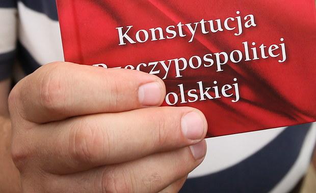 """Komisja Europejska zapowiedziała, że oceni ustawę o Trybunale Konstytucyjnym w ramach prowadzonej procedury ochrony praworządności, kiedy prace nad nią zostaną w Polsce zakończone. """"Dialog w ramach procedury praworządności trwa. Komisja śledzi proces prawny w Polsce bardzo dokładnie. Odnotowujemy, że prace nad ustawą w sprawie funkcjonowania TK nie zostały jeszcze ukończone. Wczoraj dokonano kroku w całej procedurze. Oczywiście ocenimy to prawo, jak zostanie ostatecznie przyjęte"""" - powiedziała w Brukseli rzeczniczka KE Mina Andreewa."""