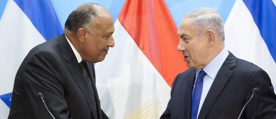 Szef egipskiej dyplomacji Sameh Szukri złożył w niedzielę wizytę w Izraelu, by spotkać się z premierem Benjaminem Netanjahu, zabiegając o wznowienie rozmów pokojowych z Palestyńczykami. To pierwsza od dziewięciu lat wizyta szefa egipskiego MSZ w Izraelu.