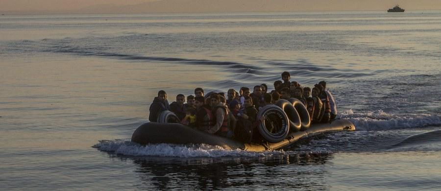 Siły morskie z europejskiej misji walczącej z przemytnikami migrantów na Morzu Śródziemnym opanowały ich statek. O sobotniej operacji w Cieśninie Sycylijskiej poinformowano w niedzielę wieczorem. Ansa podała, że podczas operacji zatrzymano trzech przemytników.