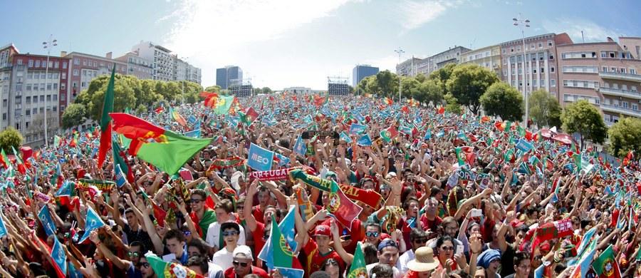 Przylot ekipy Fernando Santosa do Lizbony sparaliżował stolicę Portugalii, która od niedzielnego wieczora świętuje triumf w piłkarskim Euro. Dojazd do centrum miasta jest utrudniony od poniedziałkowego rana z powodu setek tysięcy osób, które wyległy na stołeczne ulice.