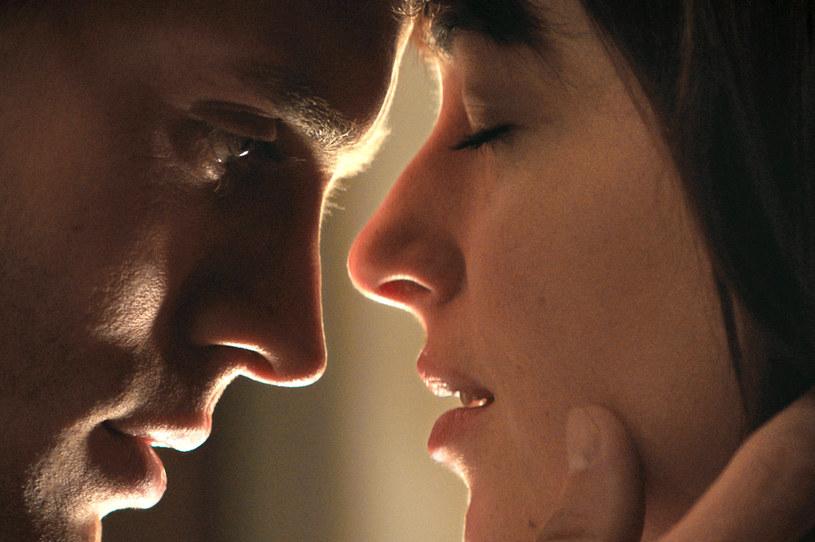 """W """"Pięćdziesięciu twarzach Greya"""" Dakota Johnson udowodniła, że nie ma żadnych oporów przed występami nago przed kamerą. Na planie powstającej właśnie kontynuacji adaptacji powieści E.J. James, gwiazda rozebrała się po raz kolejny - aktorkę wypatrzyli paparazzi."""