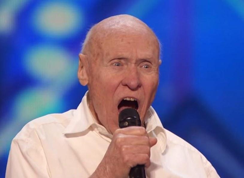 """82-letni John Hetlinger zaskoczył jurorów amerykańskiego """"Mam Talent"""" swoim metalowym występem. Teraz otrzymał zaproszenie na występ na festiwalu w Chicago."""