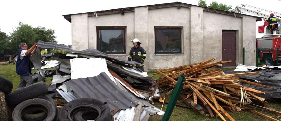 W związku intensywnymi opadami deszczu i silnym wiatrem w nocy straż pożarna interweniowała ponad 3,5 tys. razy. W piątek rano prądu pozbawionych było około 75 tys. odbiorców - poinformowało przed południem Rządowe Centrum Bezpieczeństwa.