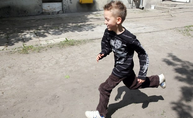 """Rządowy program """"Rodzina 500 plus"""" powinien objąć dzieci z państwowych domów dziecka - podkreśla rzecznik praw obywatelskich. Adam Bodnar zwrócił się w tej sprawie do minister rodziny, pracy i polityki społecznej Elżbiety Rafalskiej."""