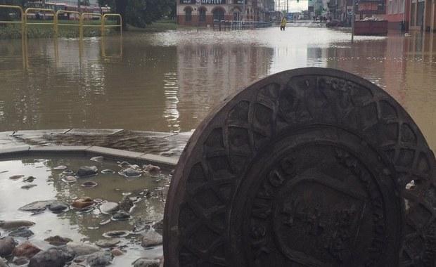 Pięć zbiorników retencyjnych w Gdańsku jest uszkodzonych, sześć jest tak przepełnionych, że wylały. Miasto walczy ze skutkami nocnych ulew.  Deszcz już nie pada, ale sieci burzowe są wypełnione wodą po brzegi - informuje reporter RMF FM Kuba Kaługa.