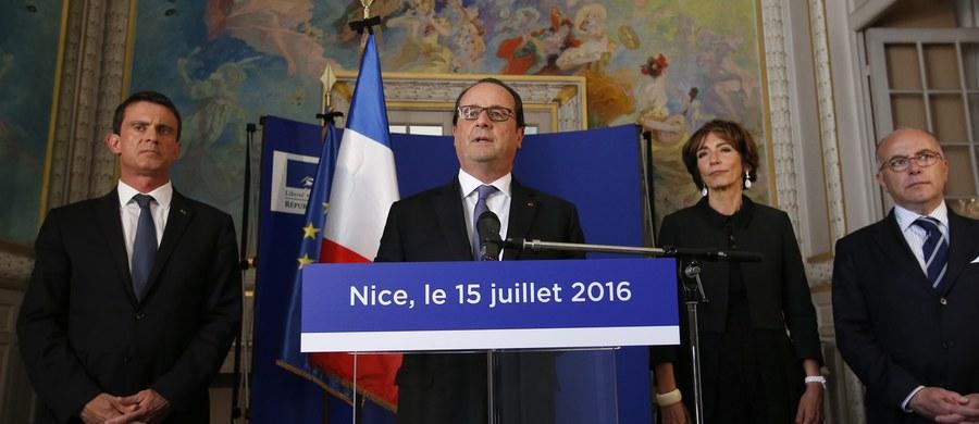 """Prezydent Francois Hollande, który przybył do Nicei, gdzie dzień wcześniej zginęły w zamachu 84 osoby, ostrzegł, że kraj czeka walka z terroryzmem """"która potrwa długo""""."""