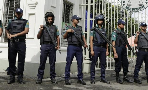 Policja metropolitalna w Dhace aresztowała w sobotę trzy osoby, które wynajęły lokal sprawcom ataku na restaurację w ekskluzywnej dzielnicy Dhaki. Do zdarzenia doszło 2 lipca. Zatrzymani nie powiadomili o najmie policji. Przepisy obowiązujące w Bangladeszu nakazują rejestrację lokatorów.