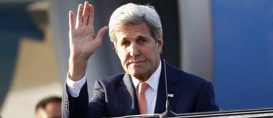 Sekretarz stanu John Kerry zaapelował w rozmowie telefonicznej z ministrem spraw zagranicznych Turcji Mevlutem Cavusoglu, aby Ankara z większym umiarem wypowiadała się na temat możliwych powiązań puczystów z zagranicą i unikała gołosłownych oskarżeń pod adresem USA.