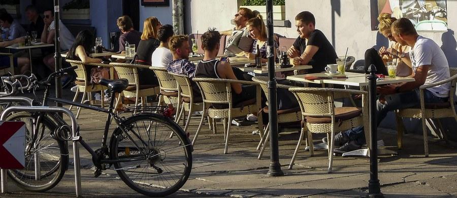 Pijana 26-latka staranowała samochodem ogródek restauracyjny w Krynicy Morskiej. Do zdarzenia doszło około 17.30 niedaleko centrum nadmorskiego miasta. Na szczęście nikomu nic się nie stało.