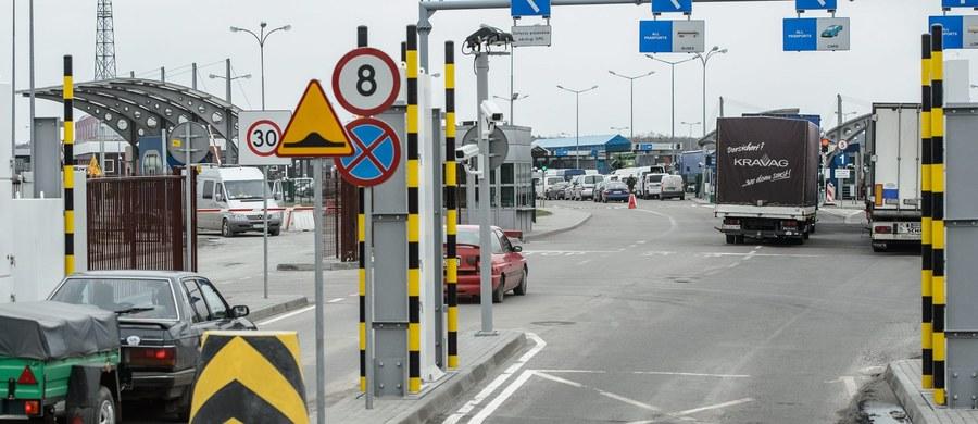 """Zwiększona obsada na granicy w Dorohusku i oddzielne pasy dla pielgrzymów chcących wziąć udział w Światowych Dniach Młodzieży - to ułatwienia mające usprawnić przekraczanie polsko-ukraińskiej granicy. Od ukraińskiej Straży Granicznej kierowcy dostaną naklejki z logo ŚDM. """"Umieszczone za szybą będą dla nas sygnałem, w jakim celu pojazd wjeżdża do Polski"""" - mówi zastępca komendanta Andrzej Suchonos."""