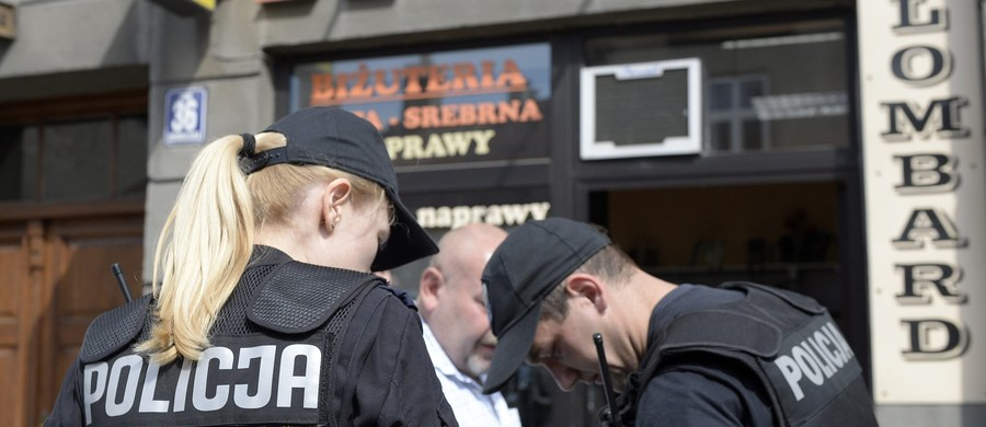 5 lat więzienia grozi pracownicy jednego z lombardów w Gołdapi w warmińsko-mazurskiem. Tyle samo czasu za kratkami może spędzić jej wspólnik. Kobieta i mężczyzna razem wymyślili napad, by ukraść przedmioty za blisko 30 tysięcy złotych.