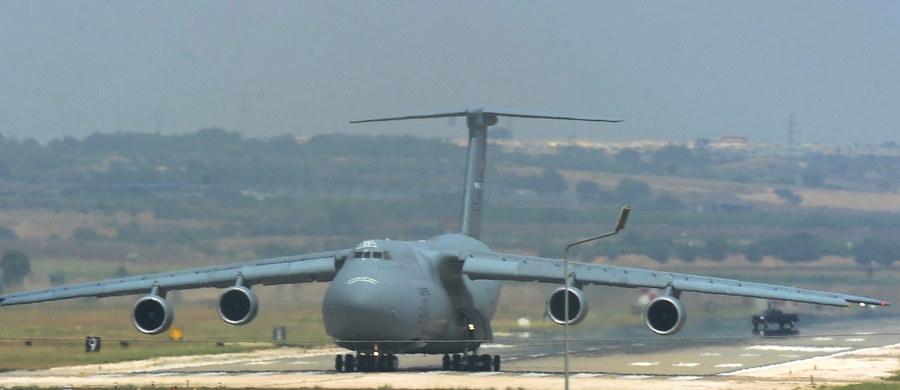 Ministerstwo obrony USA poinformowało w niedzielę o wznowieniu działań przeciwko Państwu Islamskiemu prowadzonych z tureckiej bazy lotniczej Incirlik, które wstrzymano w następstwie piątkowej próby przewrotu wojskowego w Turcji.