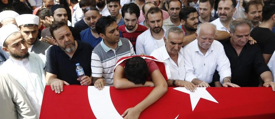W rezultacie podjętej w piątek w Turcji nieudanej próby wojskowego zamachu stanu zginęło ponad 290 osób, a ponad 1400 zostało rannych - poinformowało w niedzielę tureckie ministerstwo spraw zagranicznych.