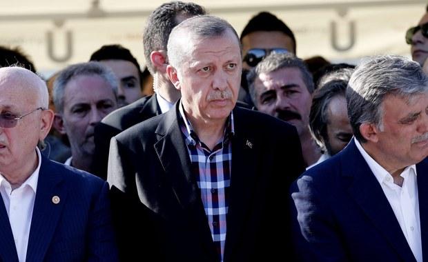 Prezydent Turcji Recep Tayyip Erdogan opowiedział się w niedzielę za niezwłocznym ponownym stosowaniem kary śmierci po nieudanym przewrocie wojskowym, do którego doszło w piątek. Kara śmierci została w Turcji zniesiona 12 lat temu.