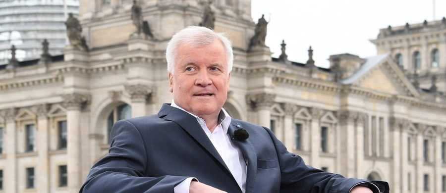 Szef współrządzącej w Niemczech CSU Horst Seehofer powiedział w niedzielę telewizji ARD, że przezwyciężenie skutków puczu będzie dla władz Turcji testem. Bawarski polityk zaznaczył, że jego zastrzeżenia do zniesienia wiz dla Turków wzrosły.