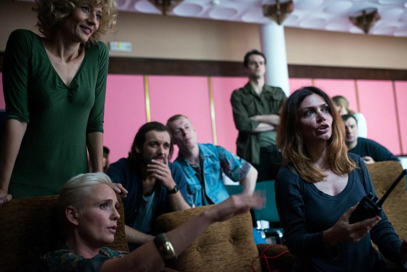 """16 lipca padł pierwszy klaps na planie filmu """"53 wojny"""" w reżyserii  i według scenariusza Ewy Bukowskiej. Jest to pełnometrażowy debiut fabularny produkowany w Studiu Munka działającym przy Stowarzyszeniu Filmowców Polskich. Zdjęcia, które realizowane są w Warszawie, potrwają do 23 sierpnia."""