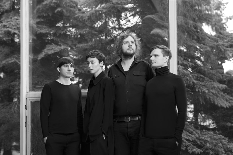 """Choć każdy z nich ma już bogate i imponujące muzyczne CV, wspólnie tworzą kolejny jego punkt. Zespół Shy Albatross w kwietniu zadebiutował albumem """"Woman Blue"""", już teraz typowanym jako mocny kandydat do polskiej płyty roku. Z członkami grupy porozmawialiśmy po ich koncercie na tegorocznym Open'er Festivalu."""