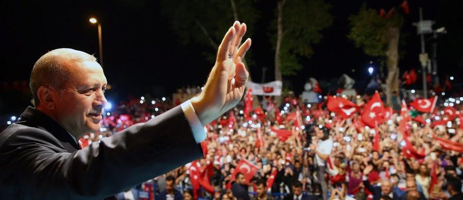 Wywiad turecki wiedział o przygotowywanym zamachu stanu i planował obławę na przyszłych puczystów. Zmusiło ich to do podjęcia próby puczu wcześniej niż planowali. Prezydent Recep Tayyip Erdogan umiejętnie to wykorzystał - pisze ośrodek Stratfor.
