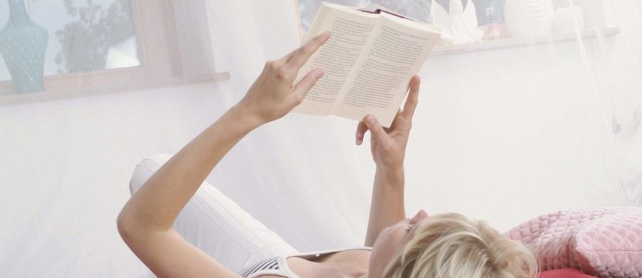 """Przekonanie o tym, że czytanie literatury pięknej dobrze nam robi, rozszerza nasze horyzonty, jest dość powszechne, choć nie ma na to wielu konkretnych dowodów. W najnowszym artykule przeglądowym, opublikowanym na łamach czasopisma """"Trends in Cognitive Sciences"""", Keith Oatley z University of Toronto stawia tezę, że czytelnictwo przyczynia się do zwiększenia naszej empatii. Śledzenie losów fikcyjnych postaci ma pomagać nam w lepszym rozumieniu emocji, motywów działania i idei innych osób, także w codziennym życiu."""