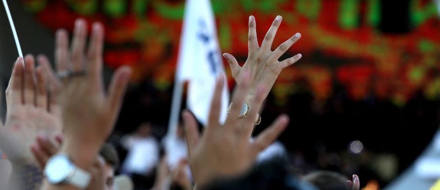 """Tłumy krakowian, pielgrzymów i turystów wysłuchało w sobotę koncertu """"Jednego Serca, jednego Ducha"""". Na scenie na Rynku Głównym rozbrzmiały najbardziej znane katolickie pieśni uwielbienia w różnych aranżacjach."""