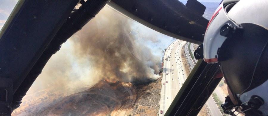Mimo wysiłków strażaków pożary lasów i zarośli w Kalifornii nadal szaleją w górach na północ od Los Angeles i w rejonie Big Sur, w środkowej części wybrzeża Pacyfiku. Władze poinformowały, że zagrożonych jest ok. 2 tys. domów i rezerwat dzikich zwierząt.