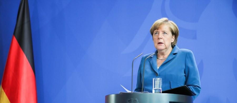 Niemieccy komentatorzy zajmują się skutkami strzelaniny w Monachium wywołanej przez szaleńca, który nie miał związków z Państwem Islamskim (IS). Krytykują kanclerz Angelę Merkel za długie milczenie i ostrzegają przed wykorzystywaniem zamachu w kampanii wyborczej.