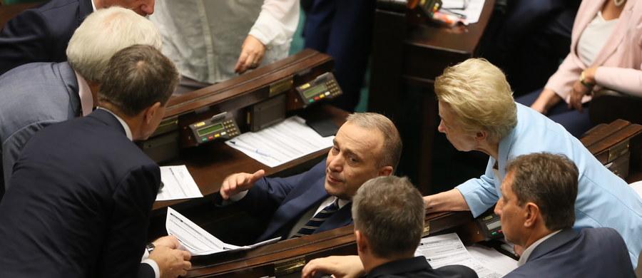 To, co robi przewodniczący Platformy Obywatelskiej Grzegorz Schetyna ze swoją partią musi radować zarówno jej wrogów (Prawo i Sprawiedliwość) jak konkurentów (Nowoczesna).