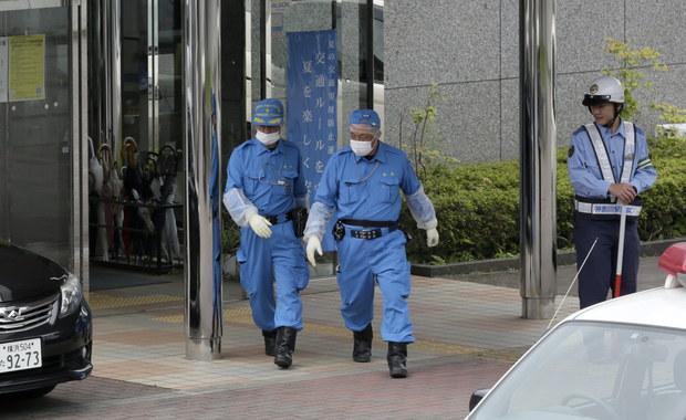 Co najmniej 19 osób zginęło, a 26 zostało rannych we wtorek czasu lokalnego, gdy były pracownik uzbrojony w noże zaatakował pacjentów ośrodka dla osób z upośledzeniem umysłowym, na zachód od stolicy Japonii Tokio. To największe masowe morderstwo w kraju od lat.