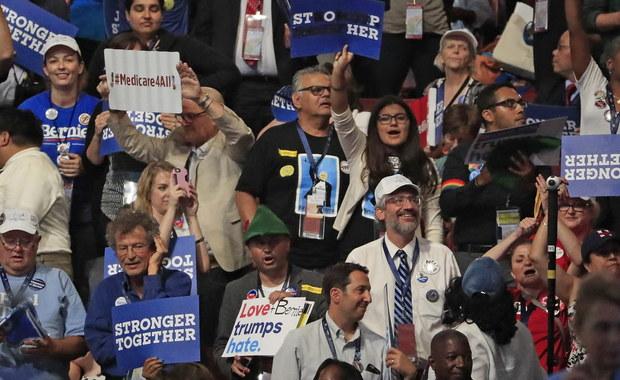 Scenografia gorsza niż u Republikanów, ale atmosfera dużo bardziej gorąca - to komentarze po pierwszym dniu konwencji Demokratów w Filadelfii, w czasie której Hillary Clinton oficjalnie zostanie ogłoszona kandydatką tej partii na prezydenta. Dziś przemawiać ma jej mąż, były prezydent - Bill Clinton.