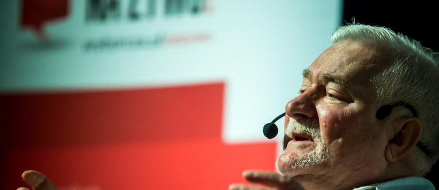 """Były prezydent Lech Wałęsa zapowiedział w Bydgoszczy, że w czasie rozpoczętych spotkań w kraju będzie rozmawiał i proponował, co należałoby uporządkować w Polsce. """"Spokojnie, pokojowo wymusimy zmiany"""" - mówił. Zadeklarował też, że będzie odpowiadał na zaproszenia różnych środowisk, nawet jego przeciwników, jeżeli tylko zorganizują 200 osób i uzgodnią termin spotkania."""