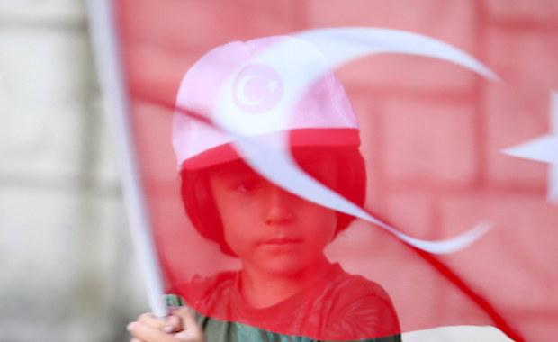 Ponad 130 redakcji, tytułów i firm na rynku mediów zostało zamkniętych przez władze Turcji w reakcji na nieudany wojskowy zamach stanu z 15 lipca - podała stacja telewizyjna CNN Turk. Wśród nich są trzy agencje prasowe i 16 kanałów telewizyjnych.
